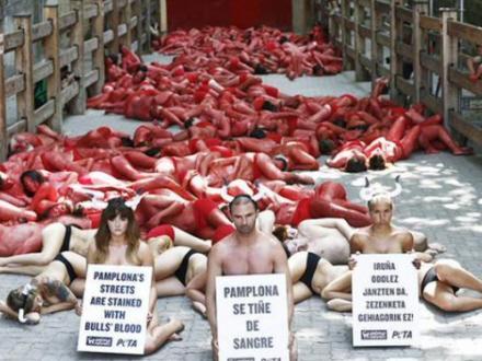 Halvnøgne protesterer mod tyreløb | Spanien i Dag